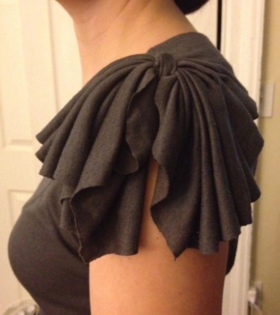 сделать скучную футболку креативной: простая переделка рукавов - добавление банта