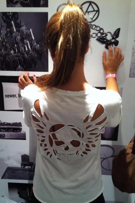креативная переделка футболок: вырезанные сзади на футболке черепа