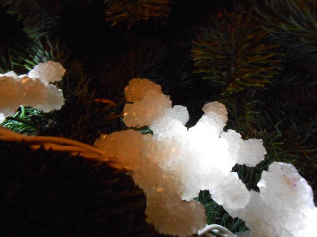 """Как сделать светящуюся """"снежную"""" гирлянду - выращиваем кристаллы буры в домашних условиях"""