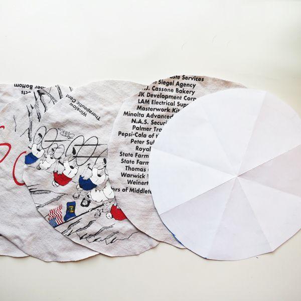 бумажный круг-шаблон и 4 вырезанных из ткани круга