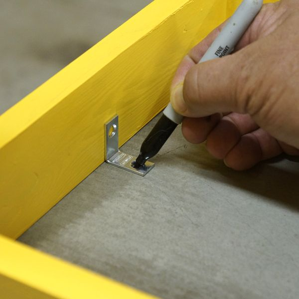 крепление бетонного сидения к боковым перекладинам ножек скобами