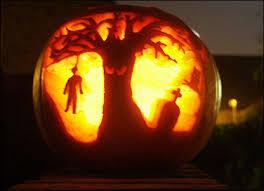 самые жуткие Хэллоуинские тыквы: тематический пейзаж погост, дерево с глазами и висельник