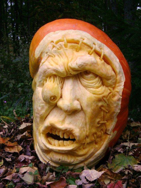 самые жуткие Хэллоуинские тыквы: вытекший глаз слезающее лицо