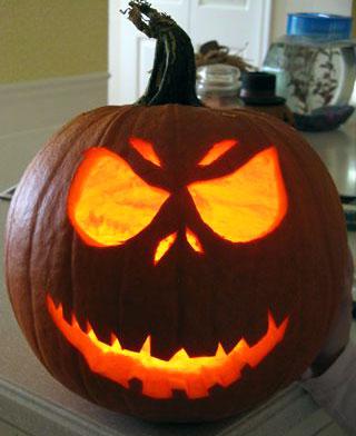 самые жуткие Хэллоуинские тыквы: простой дизайн со свечкой