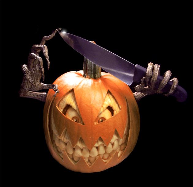 самые жуткие Хэллоуинские тыквы: тыква с дополнительными деталями - в маске с ножом