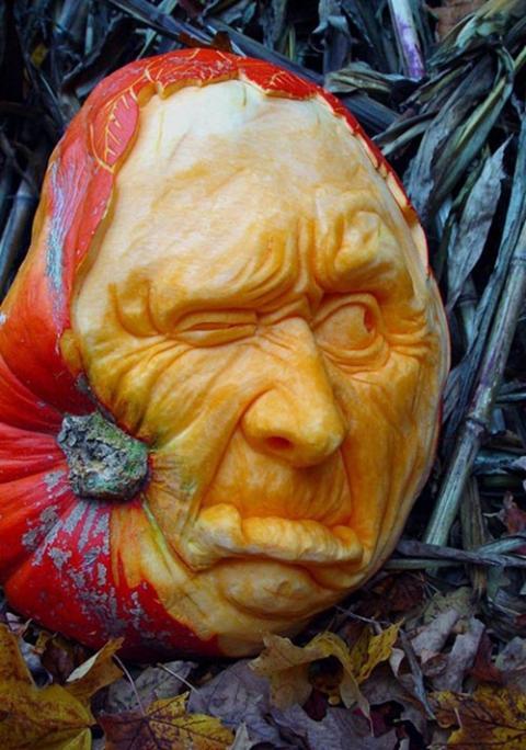самые жуткие Хэллоуинские тыквы: лицо на боку тыквы