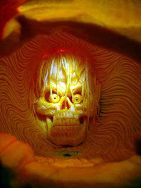 череп, вырезанный внутри тыквы