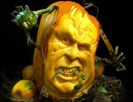 самые жуткие Хэллоуинские тыквы: тыква с дополнительными деталями - тыква вырезает тыкву