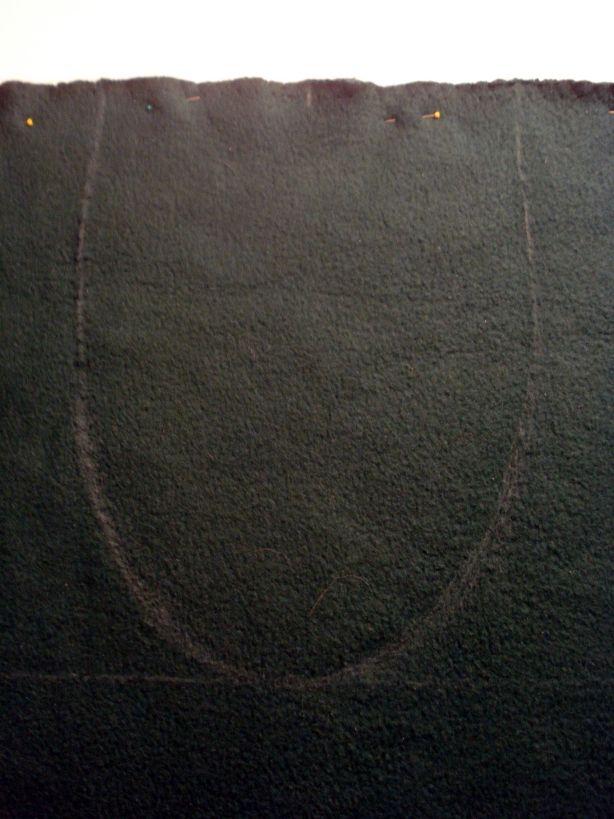сделайте пометки и по ним нарисуйте вырез свитера