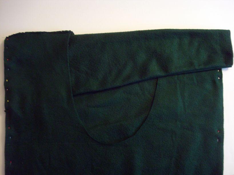 приколите верхние края рукавов по кругу к «телу» свитера прямо под сшитыми плечами
