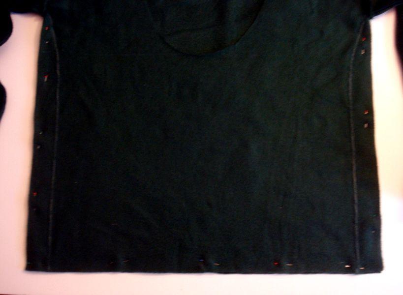 На нижнем крае свитера справа и слева отложите по 3,8 см, нарисуйте от рукавов изогнутые линии