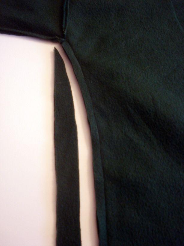 Прошейте свитер по нарисованным линиям. Срежьте лишний материал по бокам.