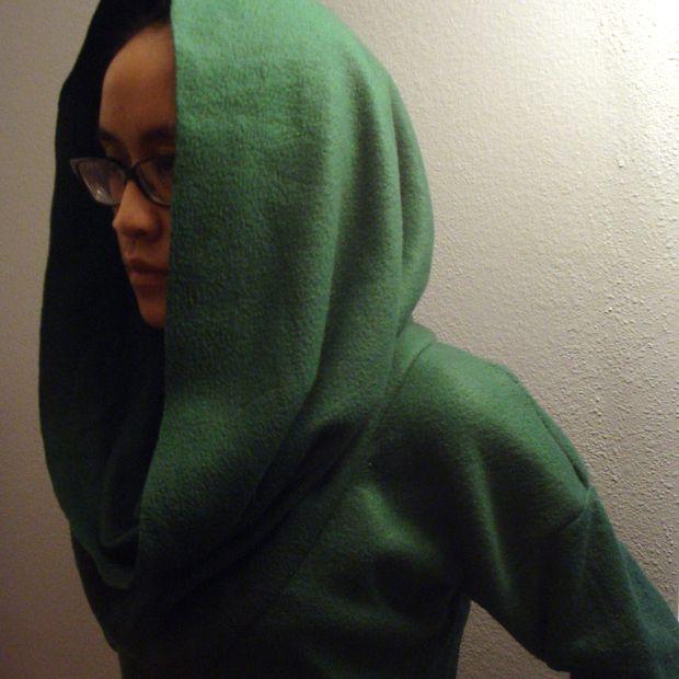 Как сшить без выкроек свитер с воротником-трубой и капюшоном из флисового пледа