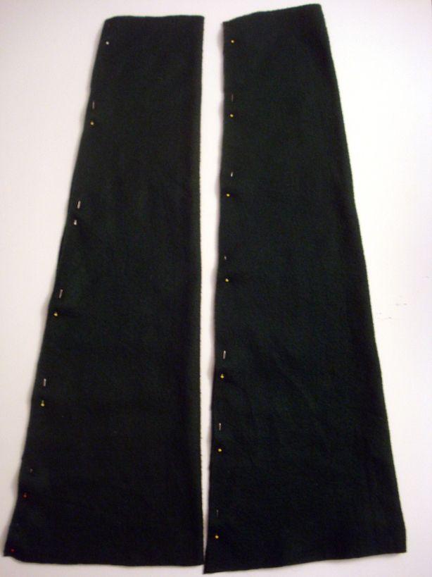 2 детали рукавов и по отдельности сложите их по длине, ровно соединяя друг с другом