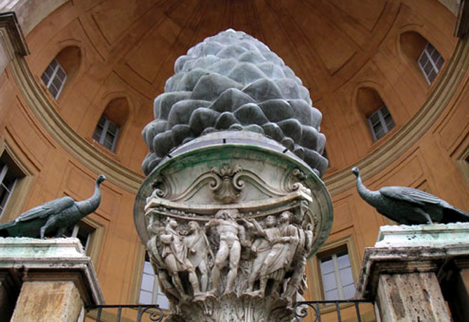 Памятник шишке в Ватикане