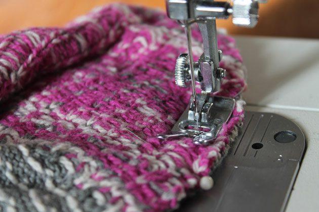 Сшиваем на швейной машинке верхние и нижние части тапок вместе