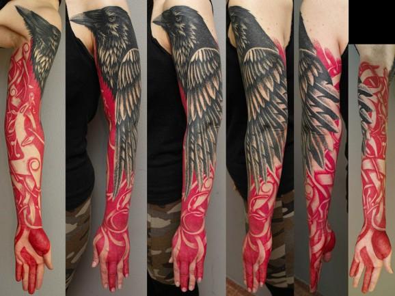 Как выглядят самые популярные направления современных татуировок - татуировки красными чернилами, концептуальные, ворон с черным