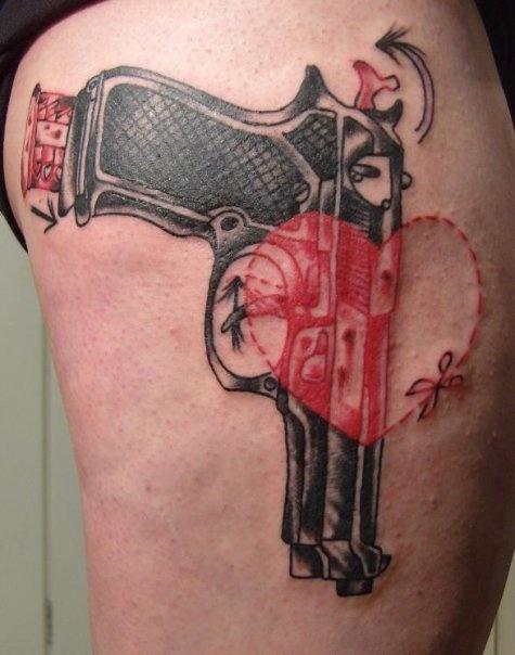 Как выглядят самые популярные направления современных татуировок - татуировки красными чернилами, концептуальные, пистолет с черными чернилами