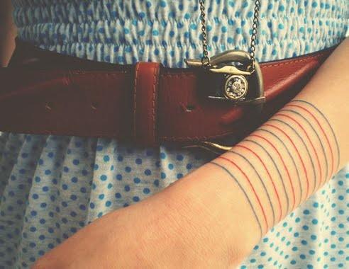 Как выглядят самые популярные направления современных татуировок - татуировки красными чернилами, концептуальные