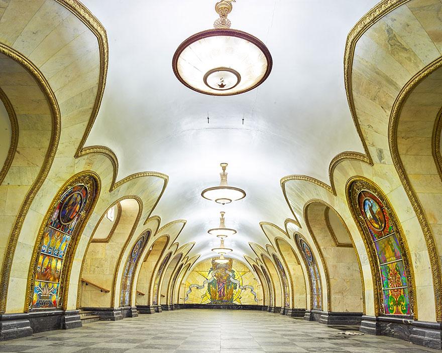 Как выглядят 30+ самых красивых станций метро в мире - Новослободская, Москва
