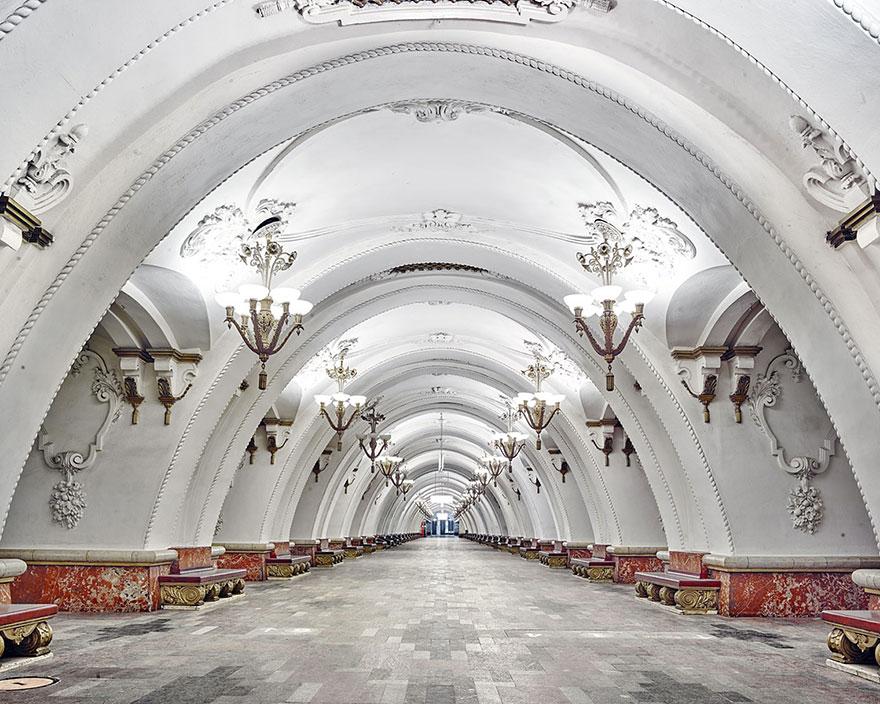 Как выглядят 30+ самых красивых станций метро в мире - Арбатская, Москва