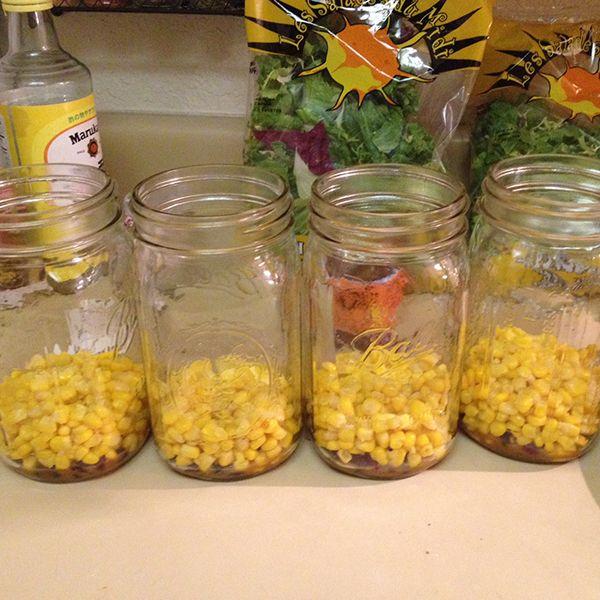 средний слой салата в банке - кукуруза