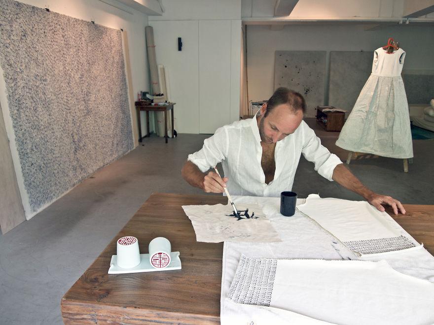 Фил Акаши, художник, в своей студии