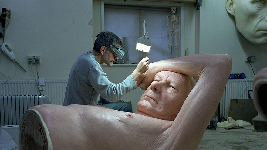Скульптор-гиперреалист Рон Мюэк в своей студии за работой