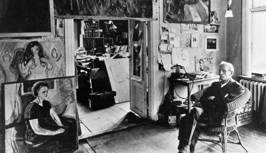 Эдвард Мунк, художник, в своей студии