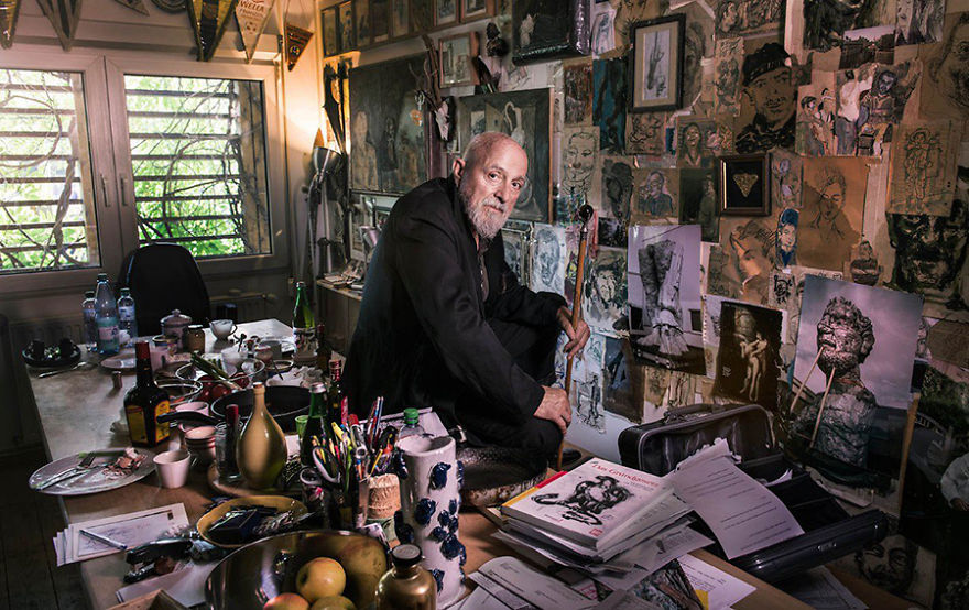 Маркус Люперц, художник и скульптор, в своей студии