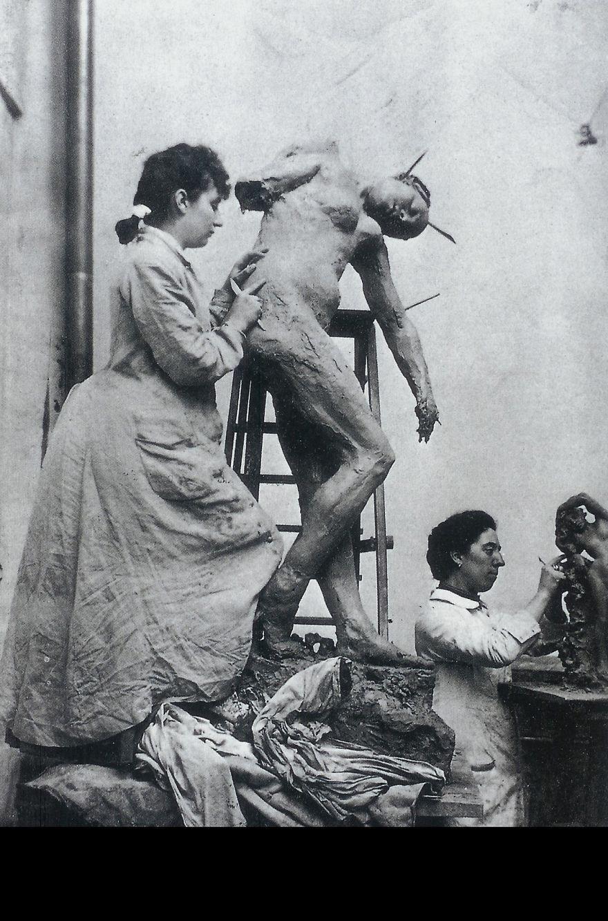 Камилла Клодель, скульптор, в общей студии за работой