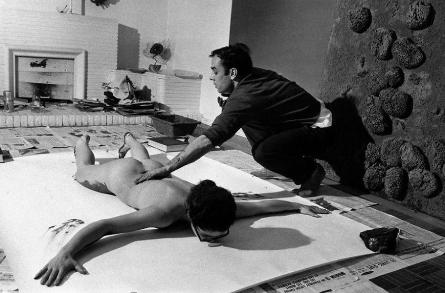 Ив Кляйн – авангардист, бодиарт - в его студии за работой