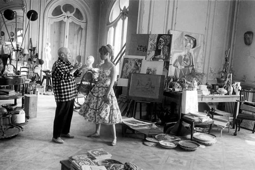 Пабло Пикассо и Бриджит Бордо в студии художника