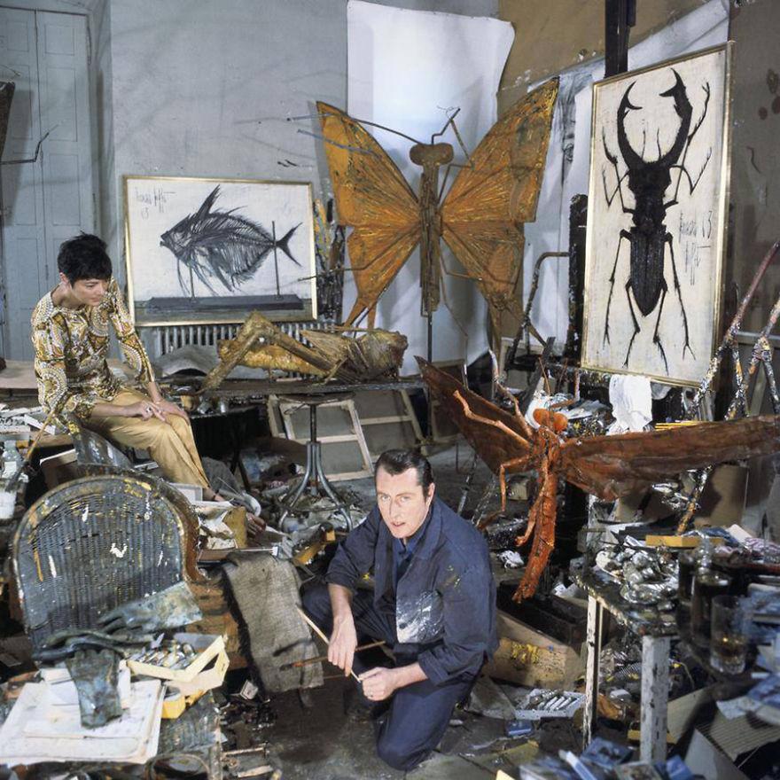 Бернар Бюффе, художник, в своей студии