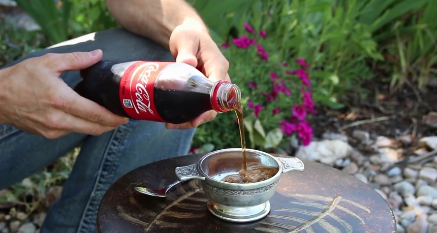 В чаше сразу образуется ледяная кашица при соприкосновении газировки с замороженными стенками