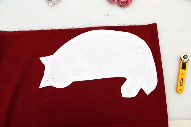 Используйте вырезанное, как шаблон для вырезания других деталей сумочки: подкладка