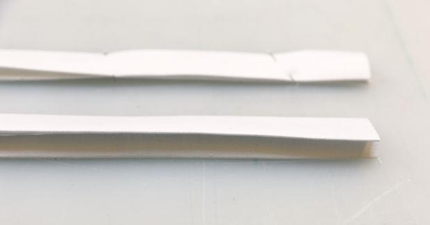 Загните по всей длине справа и слева края у длинных полосок ткани наизнанку на 1,3 см и прогладьте утюгом