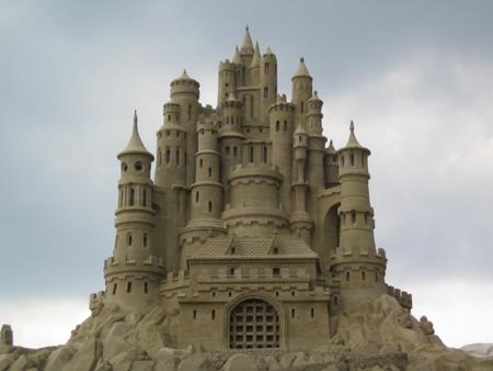 Проявите вашу артистическую сторону и создайте средневековую фантазию, построив свой собственный уникальный замок из песка
