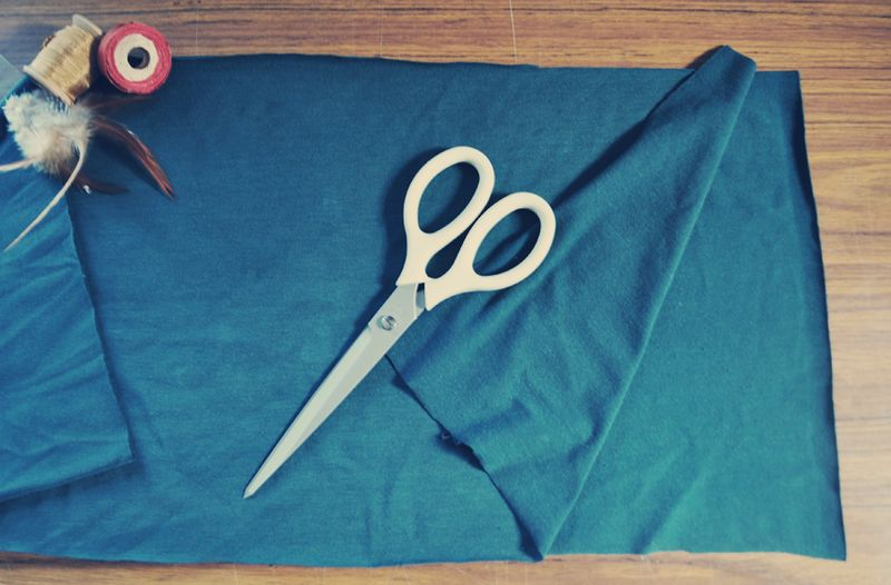 От мужской (или хорошо растянутой вашей) футболки отрезаем низ – полоску той ширины, какой вы хотите видеть свой шарфик