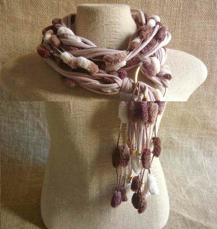Здесь к шарфу добавлены тонкие витые жгуты с искусственным мехом в тон и немного бусин