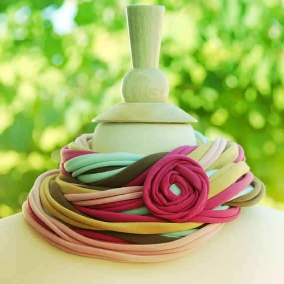 Шарфы-мотки из полосок, нарезанных из фтболок: различные дизайны и способы ношения