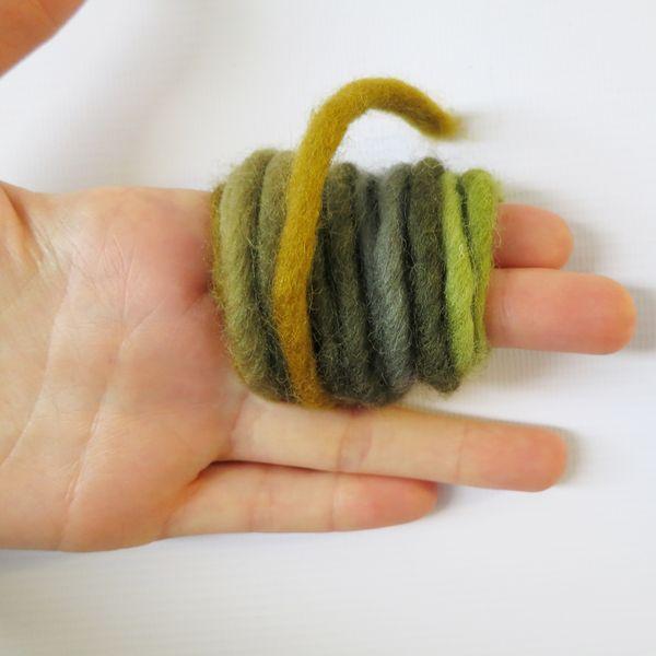 наматываем пряжу на пальцы для создания помпона