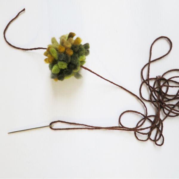нанизывание помпонов из пряжи для шарфа