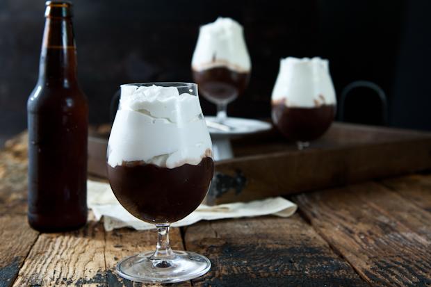 Как сделать шоколадный пудинг со стаутом и пивными взбитыми сливками