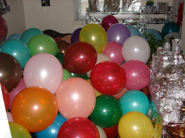 комната в фольге, заполненная шарами - розыгрыши и шутки на первое апреля