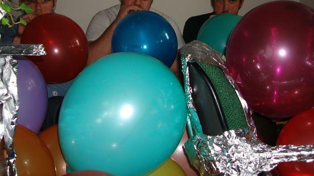 Будете надувать шарики сами – надувайте не более 5-10 штук за один заход, с друзьями в помощь