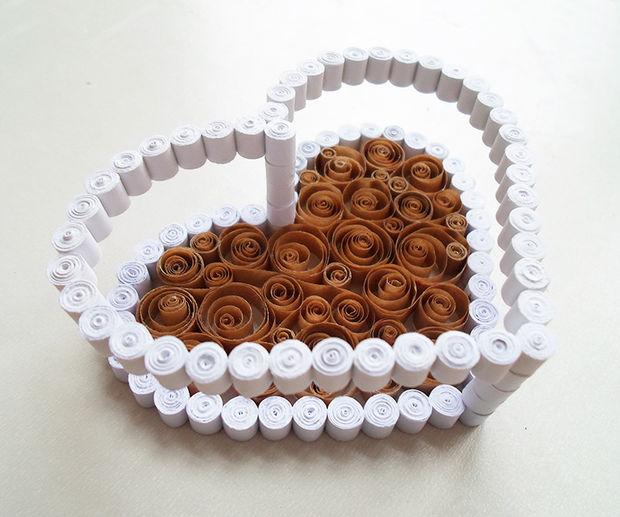 Возьмите единственное оставшееся не декорированным рамку-сердечко и приклейте его сверху на белые колонны основания шкатулки