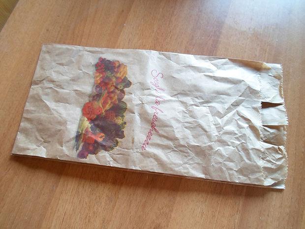 коричневый бумажный пакет из-под продуктов/доставки еды
