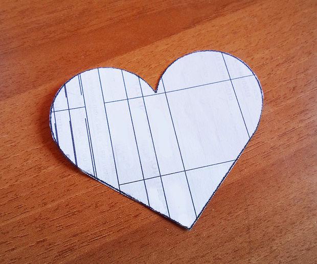 Распечатайте с компьютера или ровно нарисуйте сердце на картоне