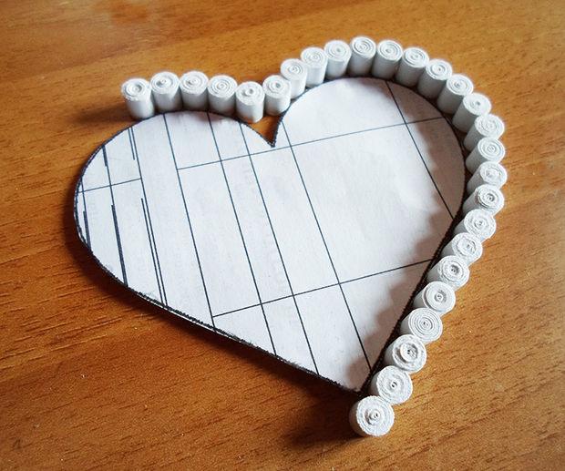 Приклейте эти завитки боковинами друг к другу вокруг картонного шаблона в форме сердца